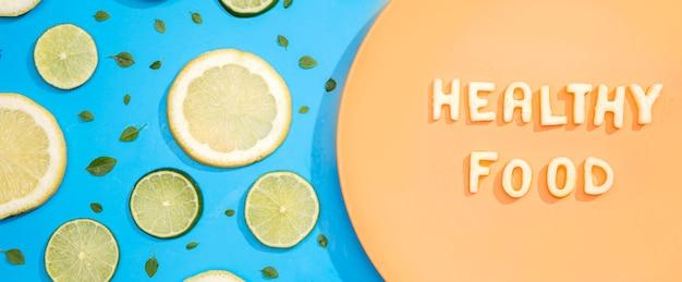 Comida saudável de vista superior com limão e limão