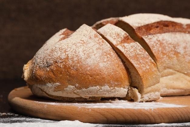 Comida saudável e saborosa. pão fresco em uma tábua de madeira