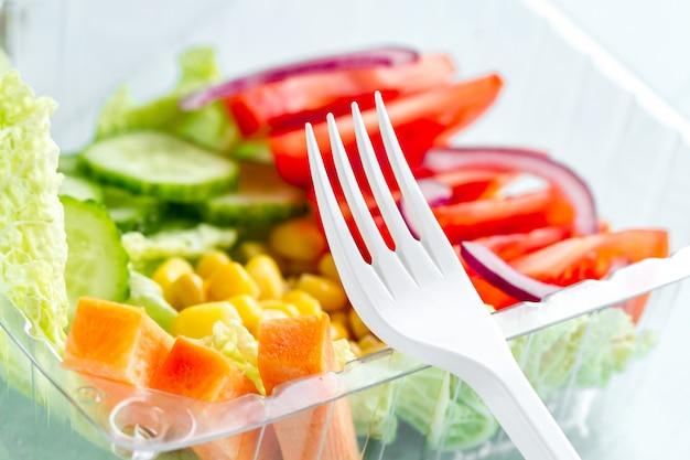 Comida saudável e saudável em um recipiente de plástico. perca peso, coma direito. lanche no trabalho, no escritório, na hora do almoço, durante um intervalo. lancheira