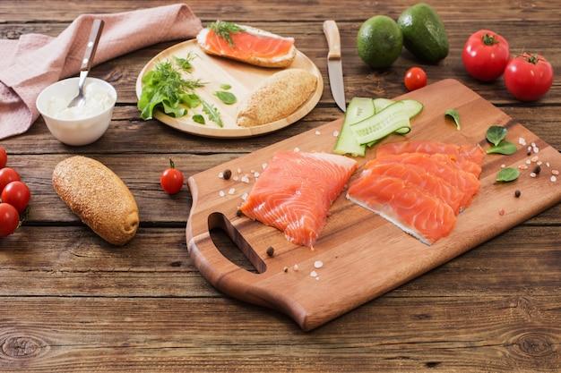 Comida saudável em fundo de madeira velha