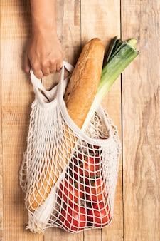 Comida saudável em saco ecológico