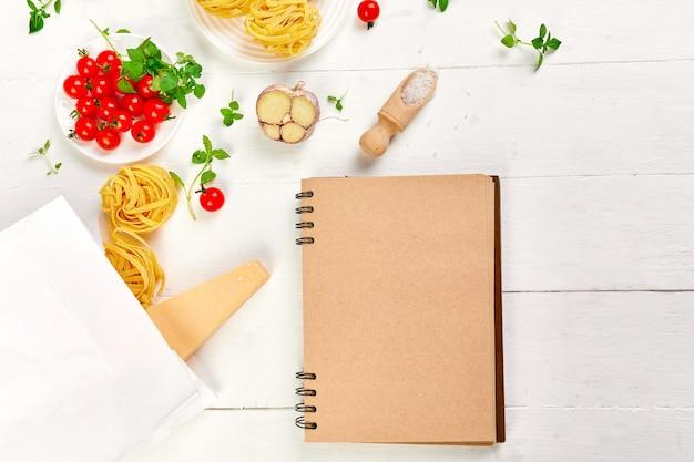 Comida saudável em sacola de papel de supermercado com caderno em branco
