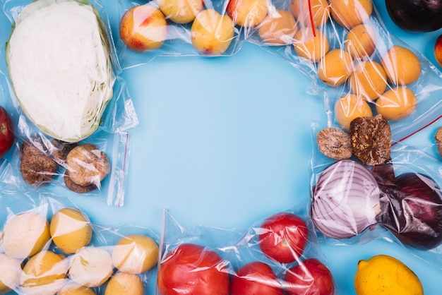 Comida saudável em sacos de plástico com espaço de cópia