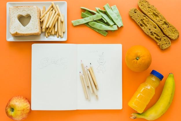 Comida saudável em torno de notebook com rabiscos