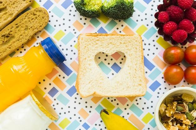 Comida saudável em torno de torrada com coração