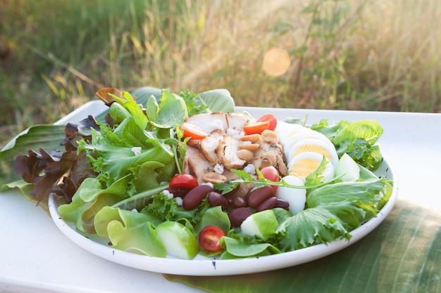 Comida saudável, frango e salada de ovo cozido
