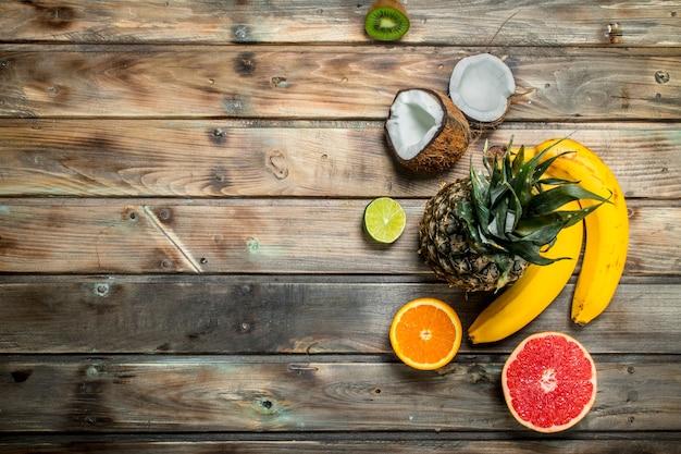Comida saudável. fruta orgânica madura. em uma madeira.