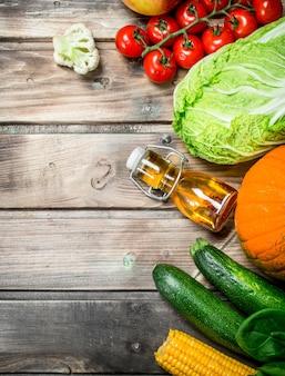 Comida saudável. frutas e vegetais orgânicos na mesa de madeira.