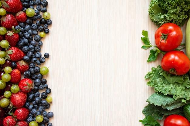 Comida saudável, legumes e frutas na madeira