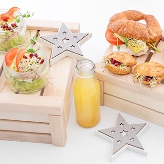 Comida saudável, menu com microgreens. sanduíches vegetarianos com variedade de micro greens