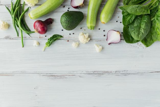 Comida saudável na maquete de mesa de madeira branca. fundo vegetal delicioso, orgânico, saboroso e maduro