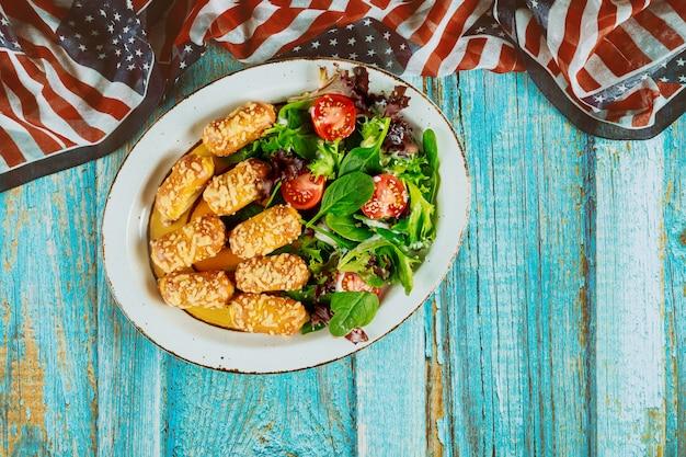 Comida saudável na mesa de madeira azul para férias nos eua.