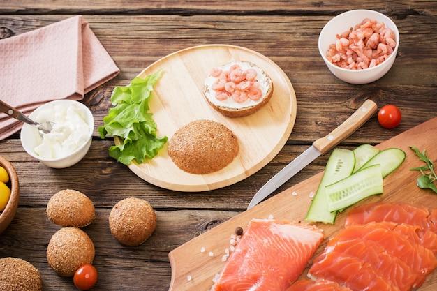 Comida saudável na mesa de madeira velha