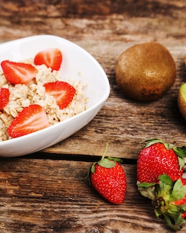 Comida saudável na mesa de madeira