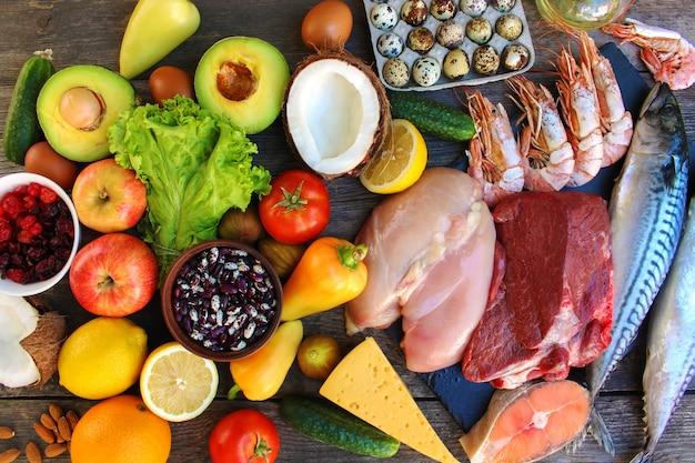 Comida saudável na velha de madeira. conceito de nutrição adequada. vista do topo. lay plana.