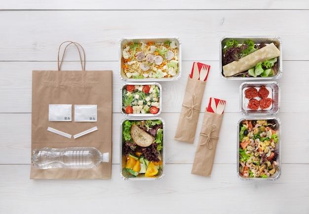 Comida saudável para levar em caixas, vista superior na madeira