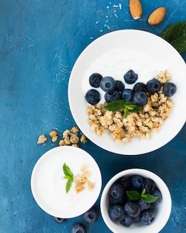 Comida saudável pela manhã com frutas deliciosas