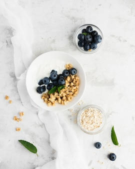 Comida saudável pela manhã na mesa de mármore branco
