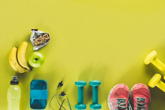 Comida saudável perto de material esportivo