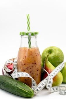 Comida saudável; suco com fita de medição