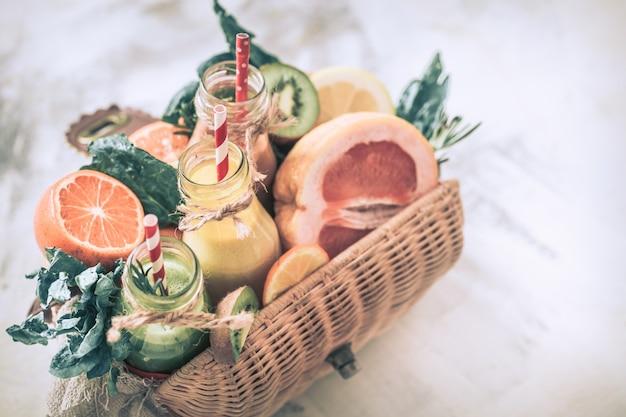 Comida saudável suco e frutas frescas