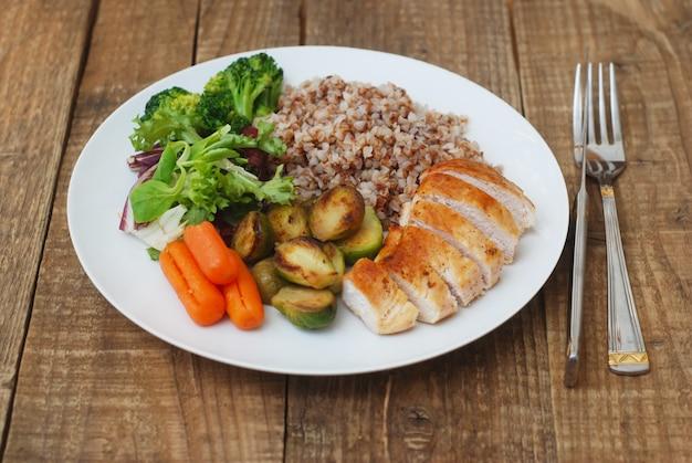 Comida saudável. trigo mourisco, peito de frango e legumes.