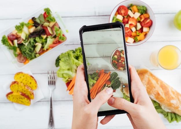 Comida saudável turva com telefone acima