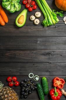 Comida saudável. variedade de frutas e vegetais orgânicos. em uma madeira.