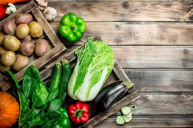 Comida saudável. variedade de frutas e vegetais orgânicos frescos. sobre uma superfície de madeira.