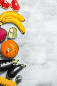 Comida saudável. variedade de frutas e vegetais orgânicos. sobre uma mesa rústica.