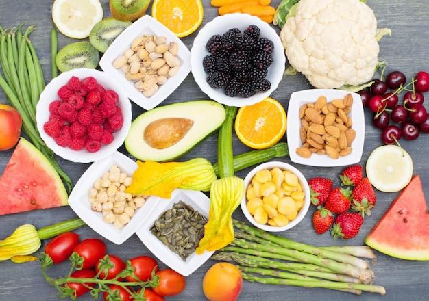 Comida saudável. verduras e frutas coloridas e variadas na madeira