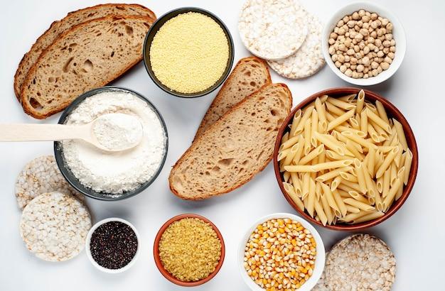 Comida sem glúten em mesa branca