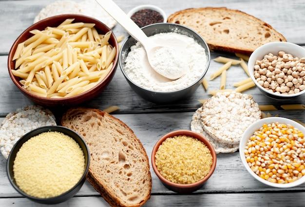 Comida sem glúten em mesa de madeira