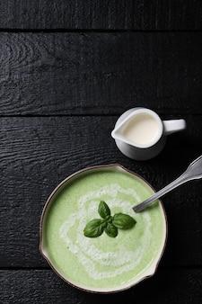 Comida. sopa deliciosa de ervilha
