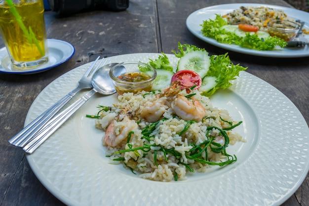 Comida tailandesa arroz frito na chapa