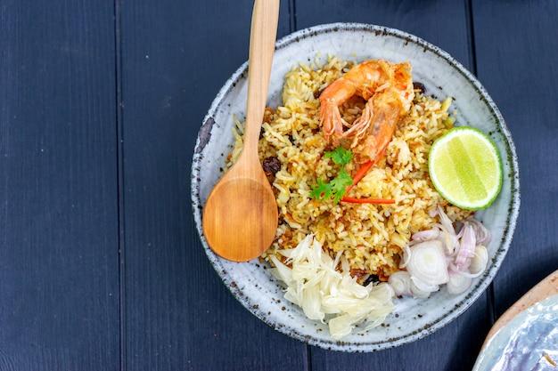 Comida tailandesa arroz frito whit camarão no prato de madeira