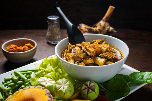 Comida tailandesa: as vísceras de cavala de peixe cavala quente caril picante ou peixes órgãos sopa azeda.
