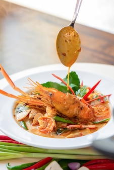 Comida tailandesa autêntica e picante de tom yum kung