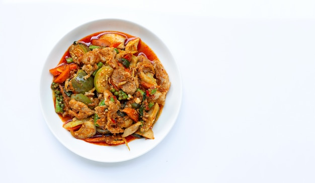 Comida tailandesa, carne de porco frito picante com ervas