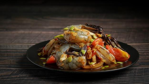 Comida tailandesa chamada somtum com salada picante de camarão fresco