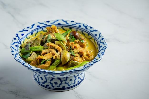 Comida tailandesa com curry verde de frango em fundo de mármore