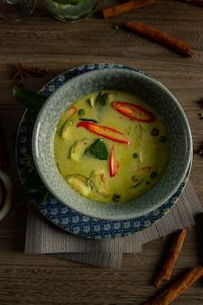 Comida tailandesa de curry verde