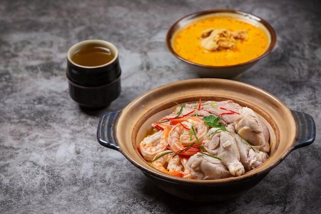 Comida tailandesa do norte (khao soi ruam), sopa de macarrão picante decorada com ingredientes.