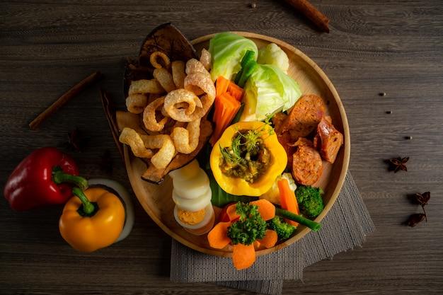 Comida tailandesa do norte na tigela de madeira