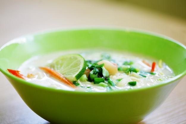 Comida tailandesa em tum kha kai