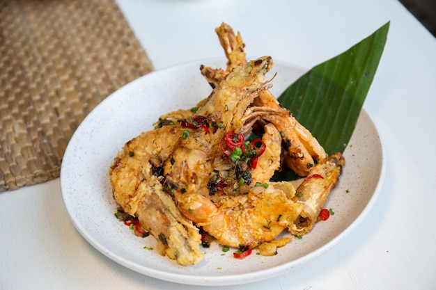 Comida tailandesa frita com camarão galic e pimenta suiça