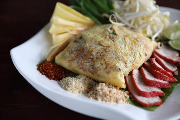 Comida tailandesa local com macarrão frito padthai