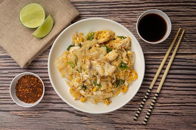 Comida tailandesa. macarrão frito com carne de porco ao molho de soja e vegetais