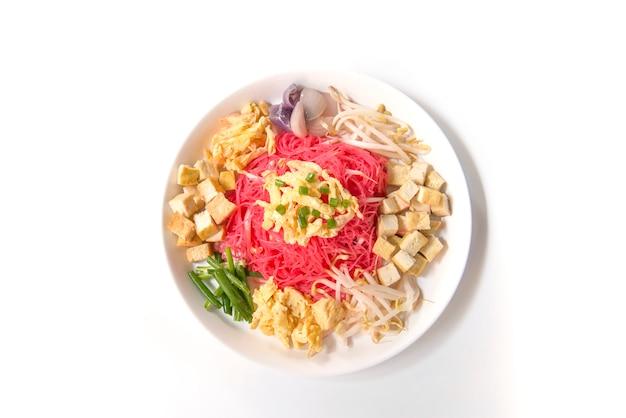 Comida tailandesa, macarrão frito com leite de coco no fundo branco