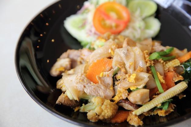 Comida tailandesa macarrão frito com ovo e carne de porco